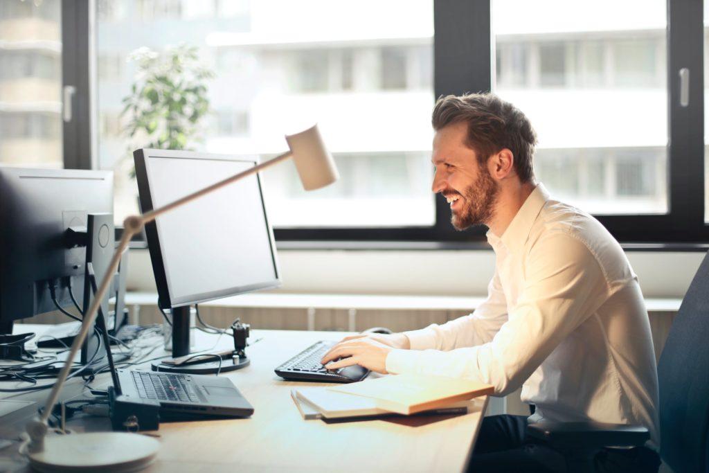 Im Vergleich zu Präsenzschulungen verbessert der Einsatz eines Online Learning Management Systems (LMS) die Konsistenz und dadurch die Effektivität der Onboarding Programme.
